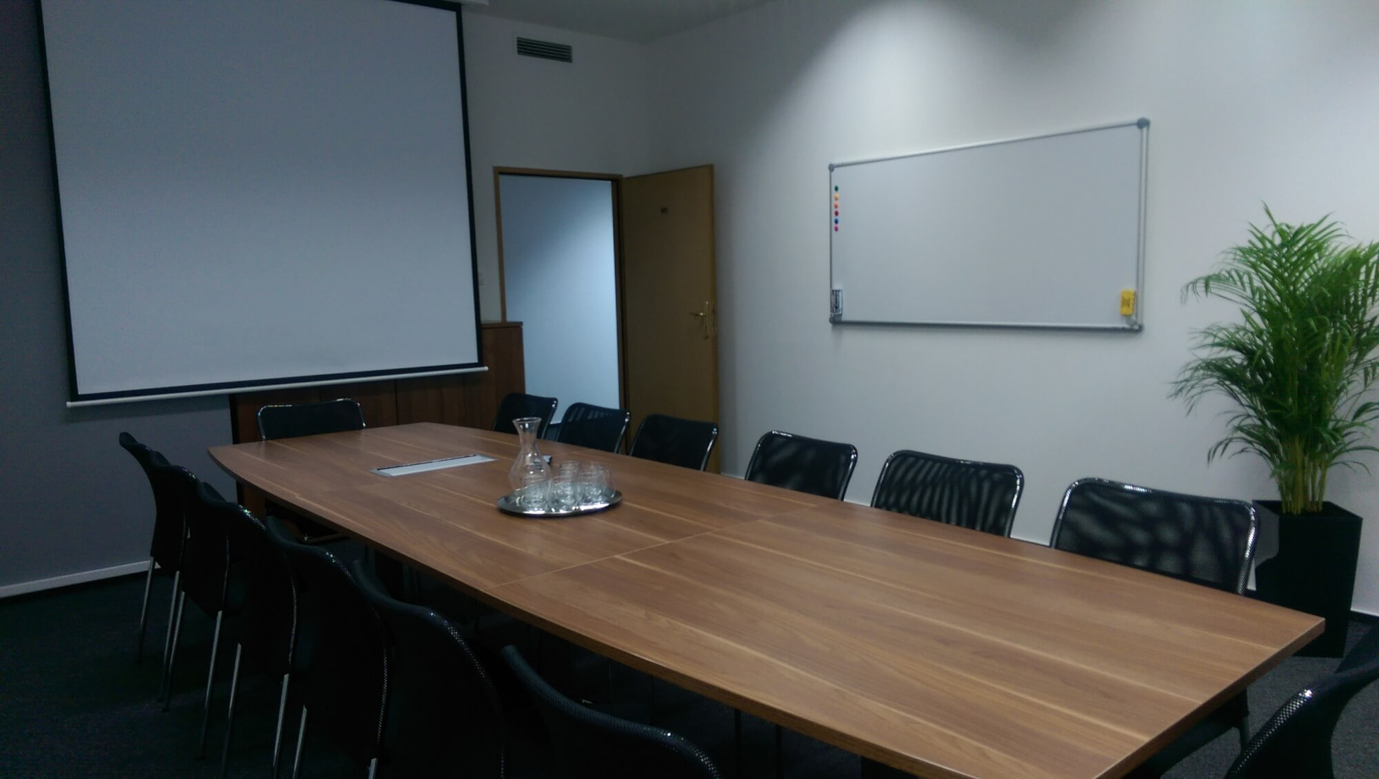 Conference Room Platinum Office CoWorking Warszawa ShareSpace - 14 person conference table
